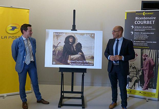 Photo du dévoilement du timbre au musée Courbet à Ornans, la ville natale de l'artiste.