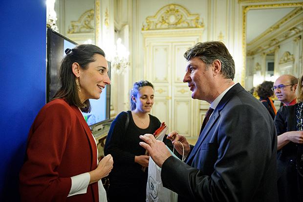Brune Poirson, secrétaire d'état, et Jean-Louis Lanhers, représentant de La Poste.