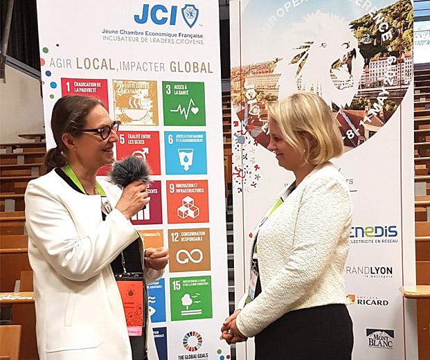 Photo avec Muriel Barnéoud, directrice de l'Engagement Sociétal du Groupe La Poste, et Élodie Duputel, présidente de la Jeune Chambre Économique de Lyon.