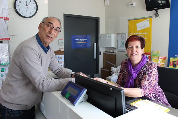 Photo de Pierre Arnal et de Yolande Boiroux dans le bureau de poste de La Hume.