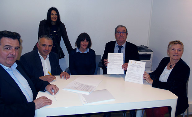 Photo de la signature de la convention le 9 avril 2019, entre La Poste, Gers Développement et la mairie de Saint-Clar.
