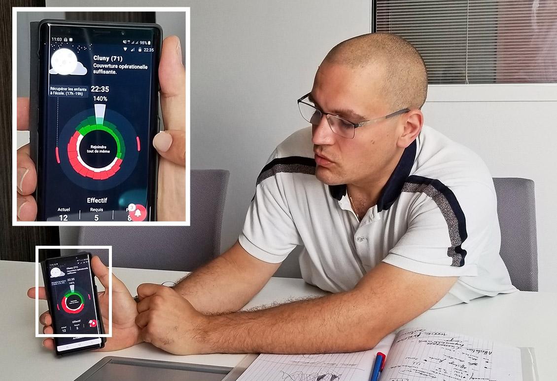 Photo de Marc Riedel et avec un zoom sur l'application qu'il a développée pour mesurer, sur la base de données personnelles, l'aptitude d'une équipe à faire face à des opérations de secours et d'urgence.