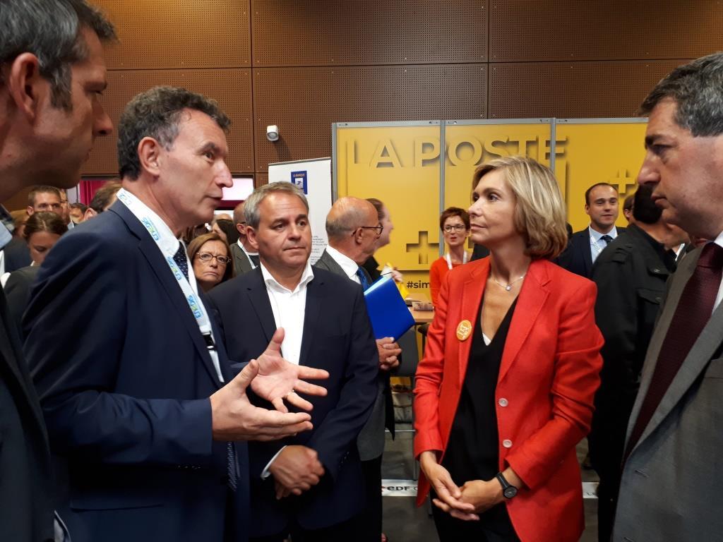 [Photo] Rencontre avec Xavier Bertrand et Valérie Pécresse sur le stand de La Poste, durant le carrefour des élus.