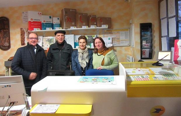 Photo avec, de gauche à droite, Didier Pivette, délégué aux relations territoriales du Groupe La Poste, Denis Duvallet, maire de Gesvres, et Florence Souty et Emilie Véron Fougeray, agents communaux responsables de l'épicerie.
