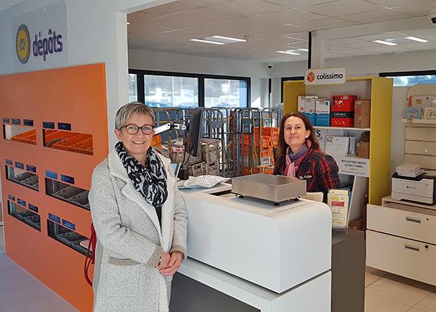 Photo de Soizic Golhen, chargé de clientèle, qui accueille, le jour de l'inauguration, sa première cliente, Catherine Caron, vendeuse à domicile indépendante.