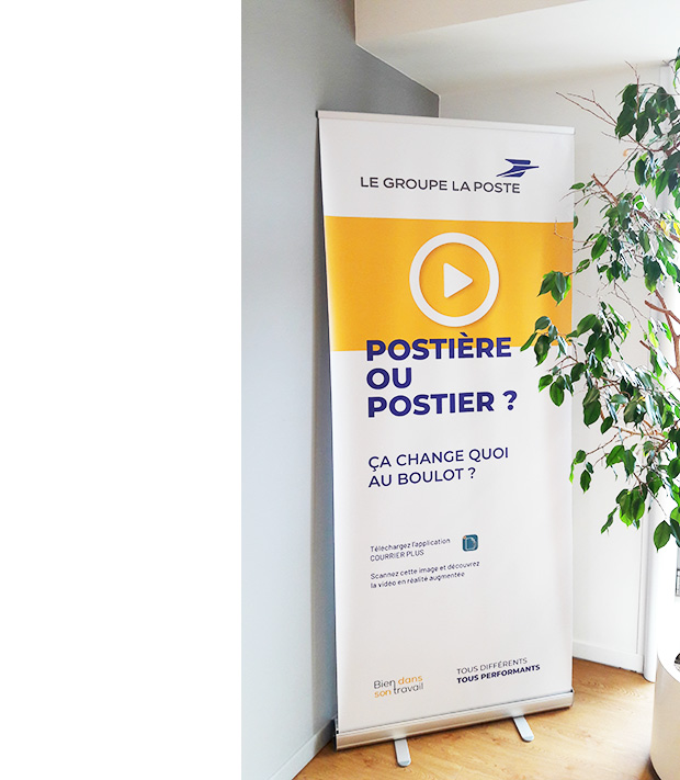 Un kakémono installé au siège du Groupe La Poste : « Postière ou postier ? Ça change quoi au boulot ? »