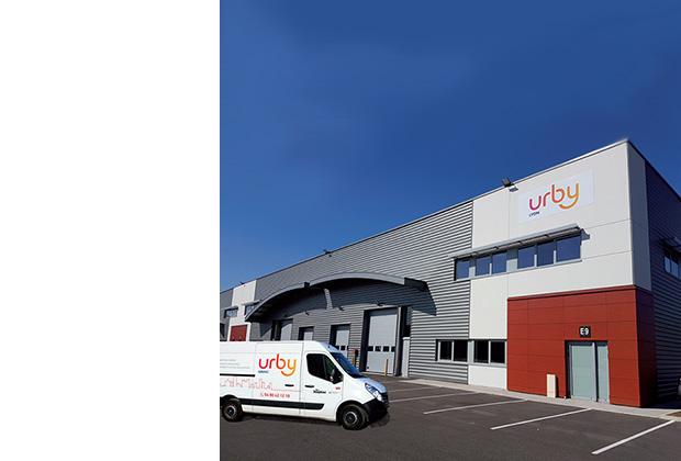 Photo d'un entrepôt et d'une camionnette Urby