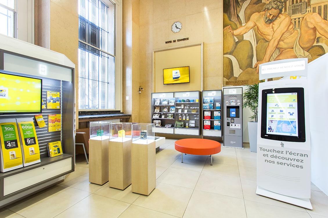 Photo : le corner touristique du bureau de poste de Lyon Bellecour.