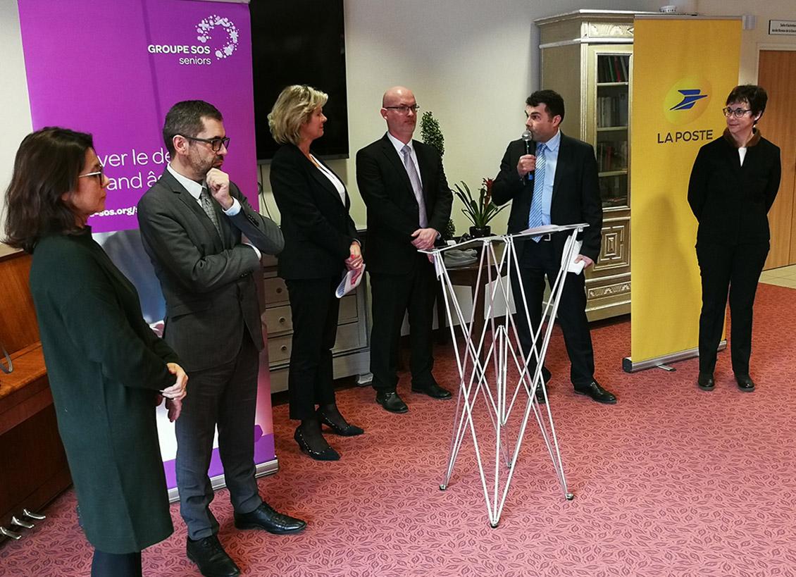Les élus et représentants de La Poste inaugurent le point La Poste Relais au sein de l'EHPAD de Longeville-lès-Saint-Avold.