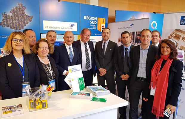 Photo de l'équipe de postiers organisatrice de l'événement, avec Philippe Wahl, président-directeur général du Groupe La Poste.