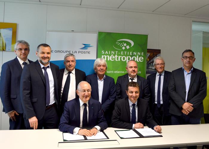 Signature, entre La Poste et la métropole de Saint-Étienne, d'une convention de partenariat destinée à développer des solutions de logistique urbaine innovantes et durables.
