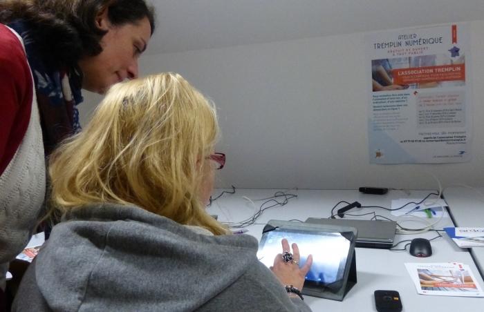 Un atelier de présentation sur tablette, avec une formatrice de l'association Tremplin.