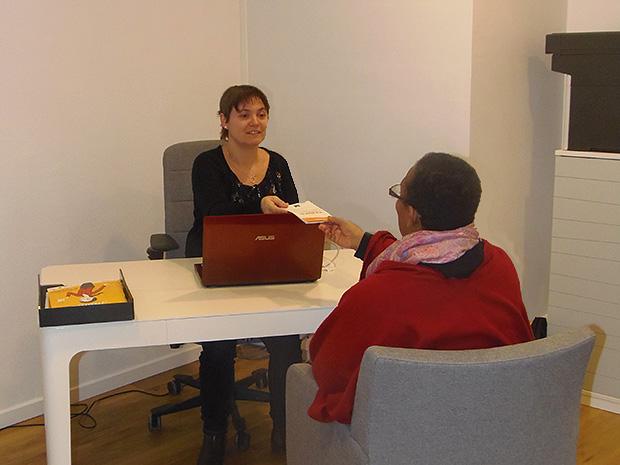 Une photo de l'espace de co-working du bureau de poste de Saint-Clar, avec deux personnes en entretien.