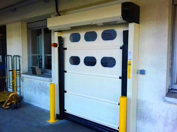 Photo d'une porte automatique à enroulement