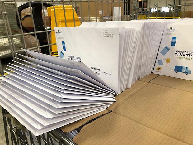 La photo de kits de recyclage dans un établissement courrier.