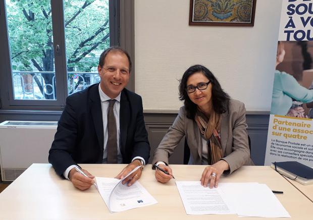 Photo de Pierre-Vincent Guéret, président de l'Uniogec Rhône-Roannais, et Martine Thouverez, directrice régionale Centre-Est des Marchés des Entreprises & Institutionnels à La Banque Postale.