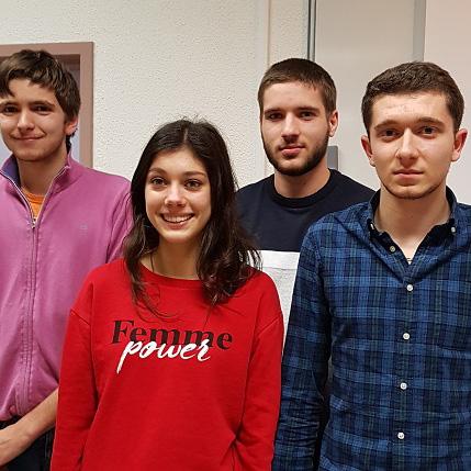 Une photo de l'équipe qui a remporté le premier prix avec le projet Fact'Alert, une cartographie collaborative des lieux à risques disponible sur le smartphone des facteurs.