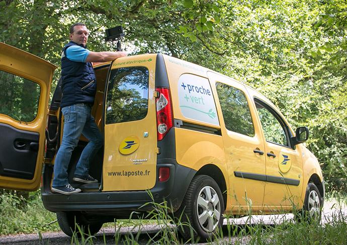 Photo avec un facteur équipant son véhicule d'une caméra Geoptis