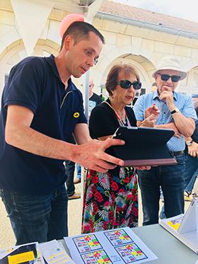 Demonstration et présentation des solutions postales mobiles de La Poste