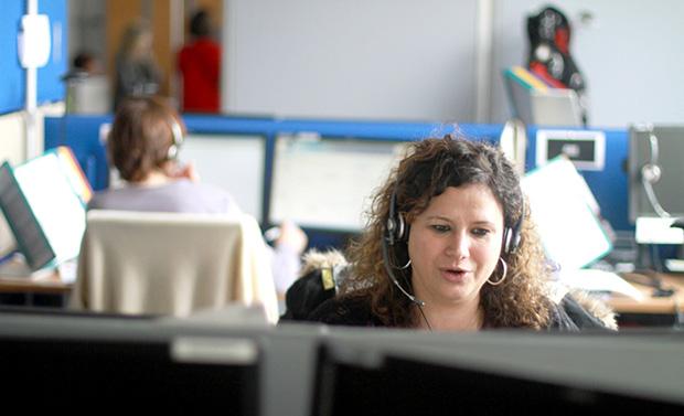 Photo du centre d'appels de l'Appui avec deux conseillers en ligne