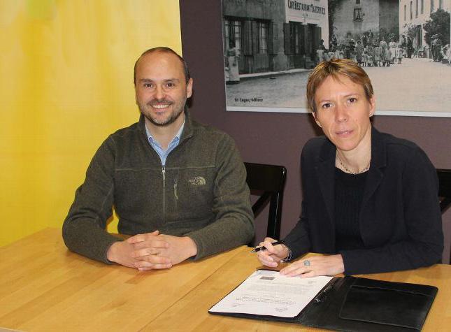 Photo de Marc Berchoud, propriétaire de la parcelle reboisée, et Laure Mandaron, directrice responsabilité sociétale et environnementale (RSE) de la branche Services-Courrier-Colis, lors de la signature de la convention.