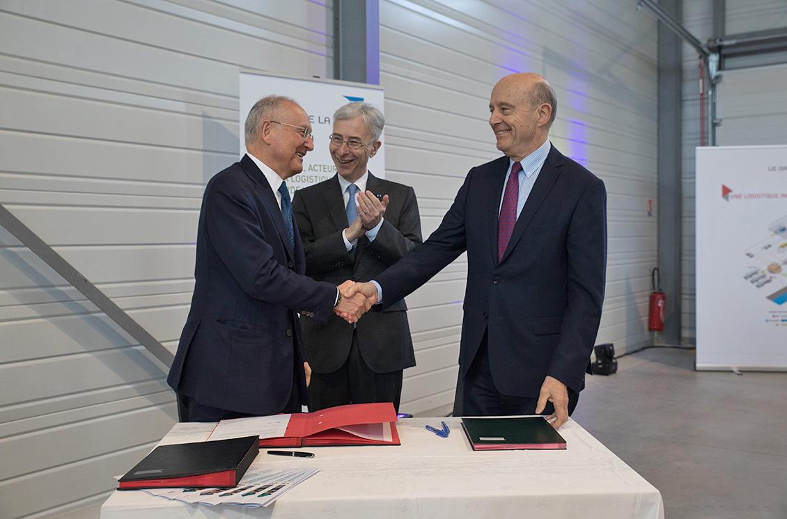 Signature de la convention entre le Groupe La Poste, représenté par Philippe Wahl (à gauche) et Bordeaux Métropole, représentée par Alain Juppé (à droite).