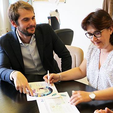 Stephanie Angot et Baptiste Rouault prépare le dossier Geoptis pour la ville de Cergy.