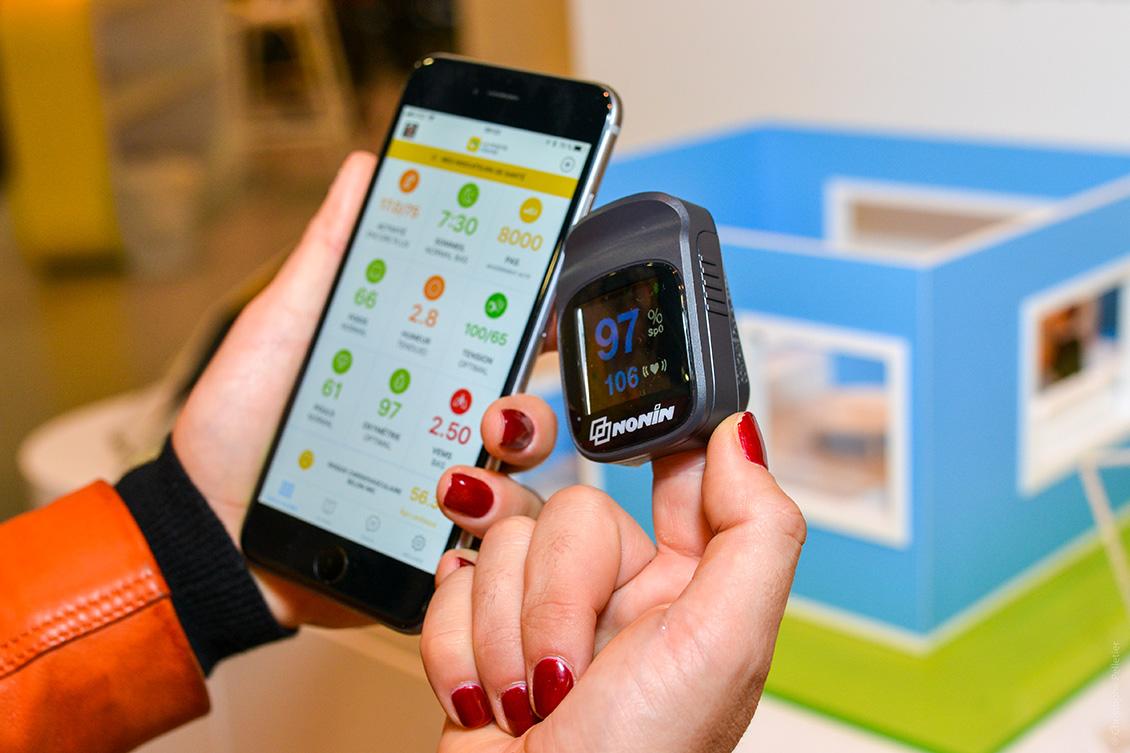 Une femme utilisant un objet connecté de La Poste en complément des applications la Poste comme Digiposte +