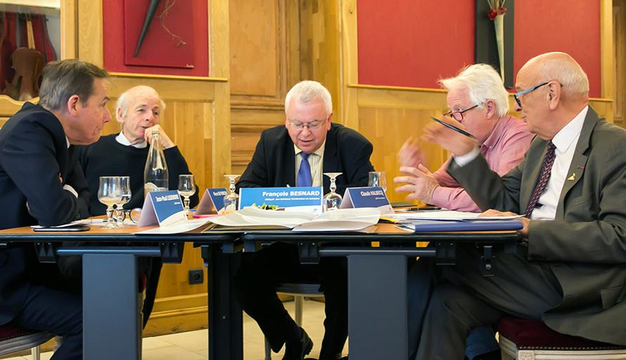 Photo d'élus des CDPPT et délégués territoriaux du Groupe La Poste réunis le 2 avril à Pont-l'Évêque pour la construction concertée du contrat de présence postale.