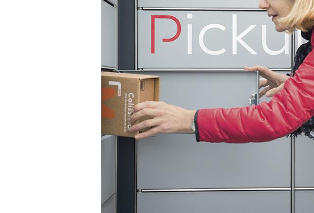 Photo d'une consigne Pickup d'où une femme retire un Colissimo.