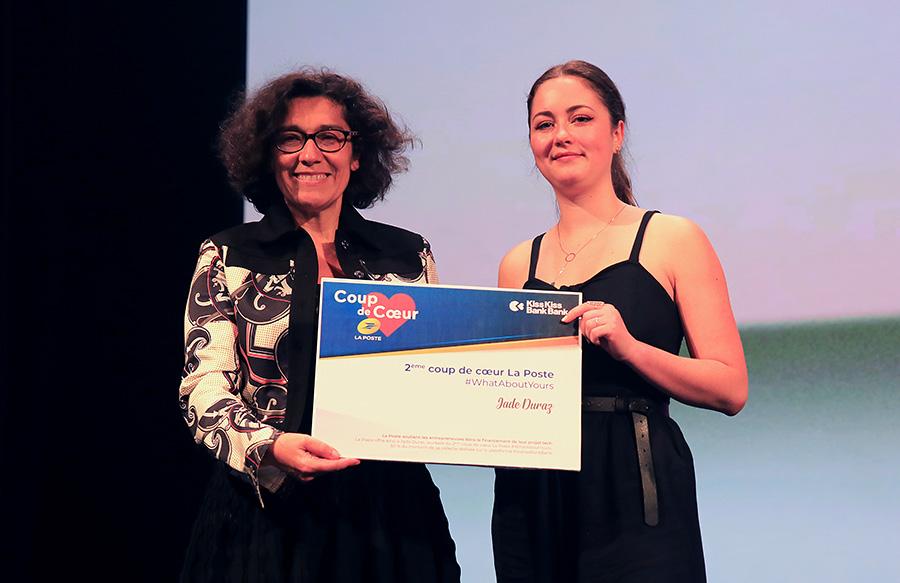 Photo de Nathalie Collin, directrice générale adjointe du Groupe La Poste en charge du numérique et de la communication, qui remet le prix du « 2e coup de cœur La Poste » à Jade Duraz, fondatrice de Way.
