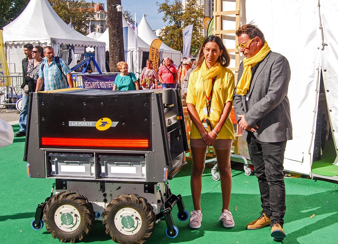 Robot suiveur en compagnie d'Amal, factrice, et d'Éric Samson, directeur de l'action commerciale en PACA.