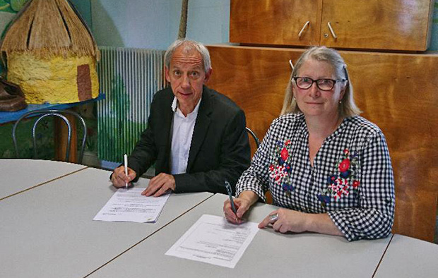 Serge Janot, Assistant Regional Network Director – Banque La Poste of Champagne-Ardenne, and Marie-Christine Géant, President of the Vouziers FJEP, signing the agreement.